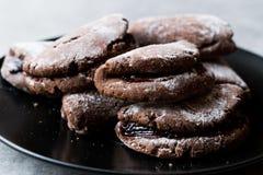 Jelly Filled Chocolate Cookies med pudrade socker och Cherry Jam royaltyfri foto