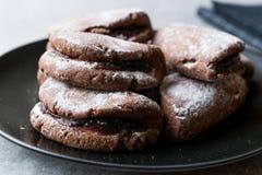 Jelly Filled Chocolate Cookies med pudrade socker och Cherry Jam arkivfoto