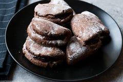 Jelly Filled Chocolate Cookies med pudrade socker och Cherry Jam arkivbilder