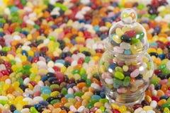 Jellybeans com o frasco no lado imagens de stock royalty free