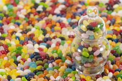 Jellybeans con il vaso dal lato immagini stock libere da diritti