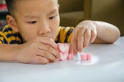 Jellys för barnlek på den vita tabellen royaltyfria foton