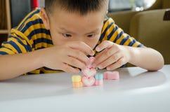 Jellys för barnlek på den vita tabellen Royaltyfri Foto
