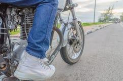 Jemand bestride altes Motorrad lizenzfreies stockbild