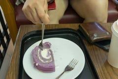 Jemand, das Kuchen in caffee Shop isst Stockfotos