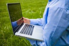 Jemand, das mit einem Laptop arbeitet Lizenzfreie Stockbilder