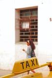 Jemand fordert Taxi Stockbild