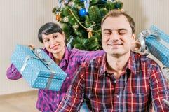 Jemand in gestreiften Strümpfen tiptoe zum Weihnachtsbaum Stockbilder