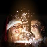 Jemand in gestreiften Strümpfen tiptoe zum Weihnachtsbaum Stockbild