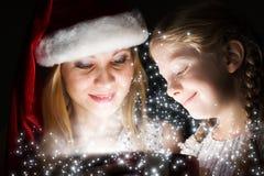 Jemand in gestreiften Strümpfen tiptoe zum Weihnachtsbaum Stockfotos