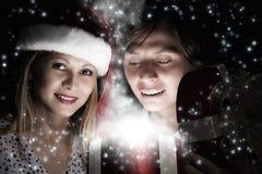 Jemand in gestreiften Strümpfen tiptoe zum Weihnachtsbaum Stockfoto