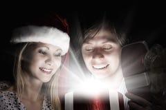 Jemand in gestreiften Strümpfen tiptoe zum Weihnachtsbaum Lizenzfreie Stockfotos