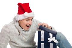 Jemand in gestreiften Strümpfen tiptoe zum Weihnachtsbaum Lizenzfreies Stockbild