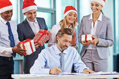 Jemand in gestreiften Strümpfen tiptoe zum Weihnachtsbaum Lizenzfreie Stockbilder