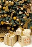 Jemand in gestreiften Strümpfen tiptoe zum Weihnachtsbaum Stockfotografie