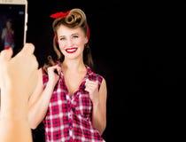 Jemand macht ein Foto am Telefon eines Mädchens im Stil PUs Lizenzfreie Stockfotos