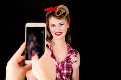 Jemand macht ein Foto am Telefon eines Mädchens im Stil PUs Lizenzfreies Stockbild