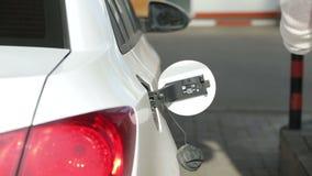Jemand stellt auf Benzintank die Entladungs-Düse ein stock video footage