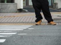 Jemand warten über die Straße Lizenzfreies Stockfoto