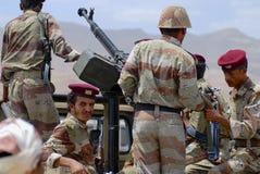 Jemeński wojskowy na obowiązku przy ochrona punktem kontrolnym, Hadramaut dolina, Jemen zdjęcia royalty free