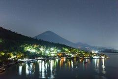 Jemeluk Plażowy i piękny Agung wulkan Obrazy Stock
