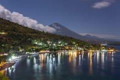 Jemeluk Plażowy i piękny Agung wulkan przy nocą Fotografia Stock
