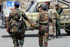 Jemenitische Soldaten halten Hände am Sicherheitskontrollpunkt, Hadramaut-Tal, der Jemen Stockfotos