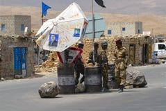 Jemenitische Soldaten im Dienst am Sicherheitskontrollpunkt, Hadramaut-Tal, der Jemen Stockfoto