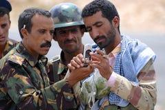 Jemenitische Soldaten sprechen am Sicherheitskontrollpunkt, Hadramaut-Tal, der Jemen Stockbilder