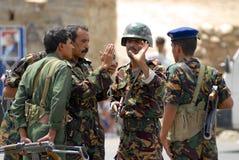 Jemenitische Soldaten sprechen am Sicherheitskontrollpunkt, Hadramaut-Tal, der Jemen Stockbild