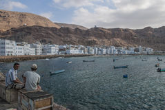 Jemenitischer Fischer durch Hafen Stockbilder
