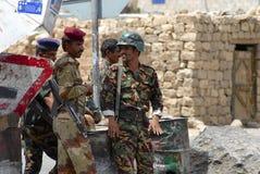 Jemenitisches militärischesim dienst am Sicherheitskontrollpunkt, Hadramaut-Tal, der Jemen Lizenzfreie Stockfotografie