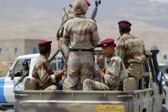 Jemenitisches militärischesim dienst am Sicherheitskontrollpunkt, Hadramaut-Tal, der Jemen Stockfotografie