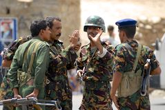 Jemenitiska militära män talar på säkerhetstestpunktet, den Hadramaut dalen, Yemen Fotografering för Bildbyråer
