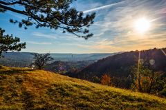 Jena, de stad op Saale in het midden van Thuringia en omringd door bergen, in gouden Oktober Royalty-vrije Stock Afbeeldingen
