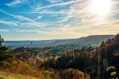 Jena, de stad op Saale in het midden van Thuringia en omringd door bergen, in gouden Oktober Stock Afbeelding