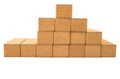 Jenga blockiert die Formung eines piramid auf einem Weiß Stockfotografie