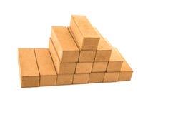 Jenga blockiert die Formung eines piramid ein weißer Hintergrund Stockbild