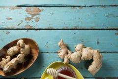 Jengibre con el tarro de la miel en la tabla de madera Fotografía de archivo libre de regalías
