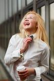 Jengibre de risa en la camisa blanca que se coloca en el edificio Fotos de archivo libres de regalías