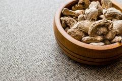 Jengibre seco en cuenco de madera imagen de archivo libre de regalías