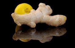 Jengibre y limón en un fondo negro Foto de archivo libre de regalías