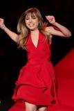 Jennette McCurd a pista de decolagem no vermelho ir para a coleção vermelha 2015 do vestido das mulheres Foto de Stock