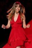 Jennette McCurd a pista de decolagem no vermelho ir para a coleção vermelha 2015 do vestido das mulheres Imagem de Stock Royalty Free