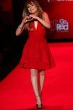 Jennette McCurd a pista de decolagem no vermelho ir para a coleção vermelha 2015 do vestido das mulheres Imagens de Stock Royalty Free