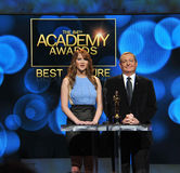 Jennifer Lawrence, Tom Sherak Lizenzfreie Stockbilder