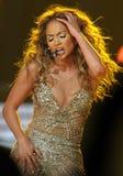 Jennifer Lopez führt im Konzert durch stockbild