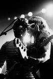 Jenny & Johnny musikband i konsert på Razzmatazzetappen Royaltyfri Fotografi