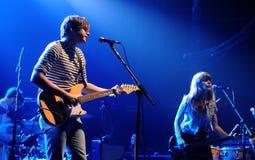 Jenny und Johnny versehen mit einem Band, führen in Razzmatazzstadium durch Lizenzfreie Stockfotos