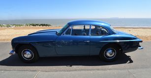 Jensen Motor Car azul clássico estacionado no passeio da frente marítima foto de stock royalty free